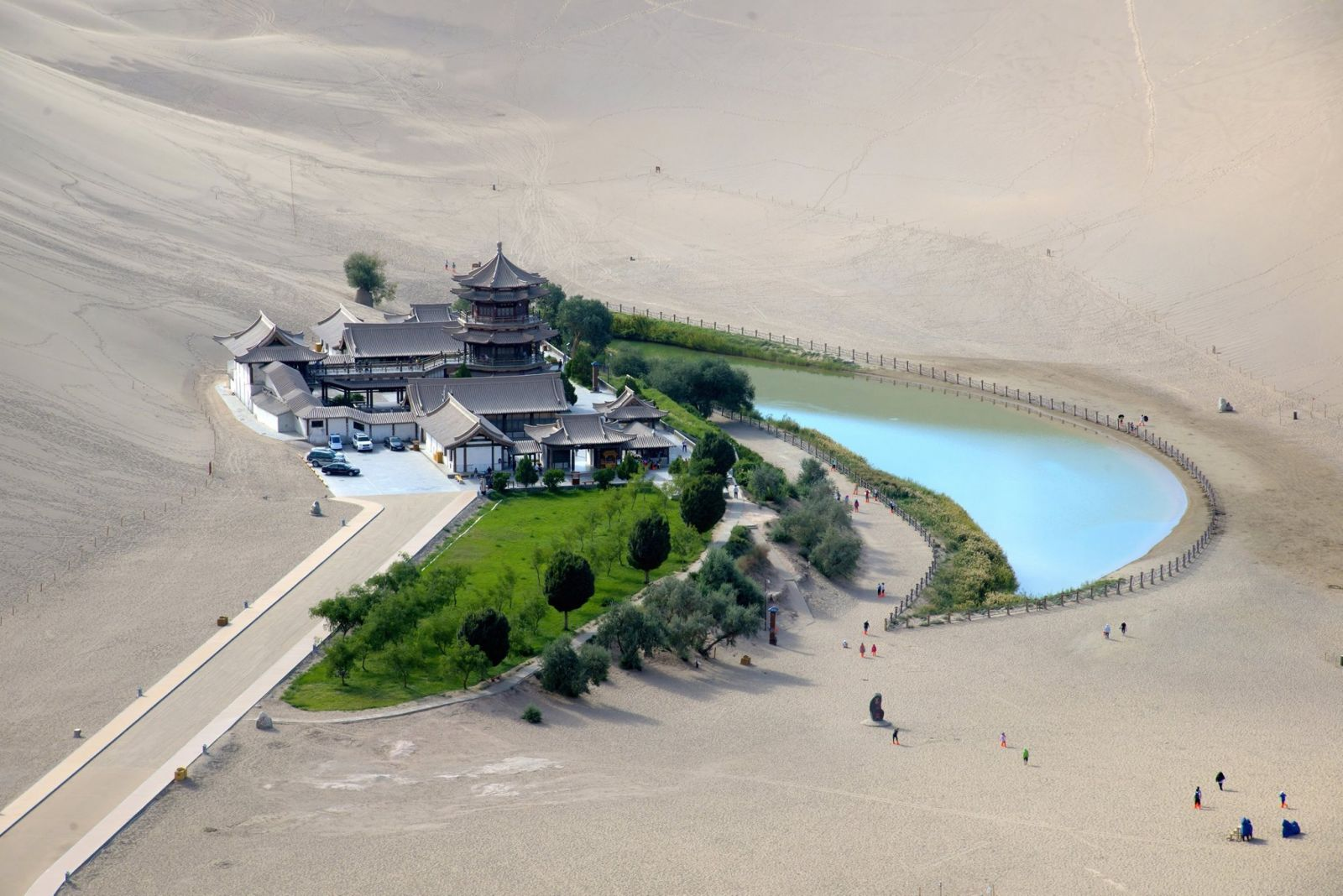 Fascinating ancient oasis in China's desert Gobi (4)