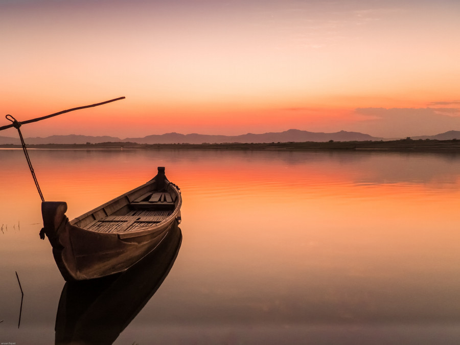 traditional boat on yhe irrawaddy river