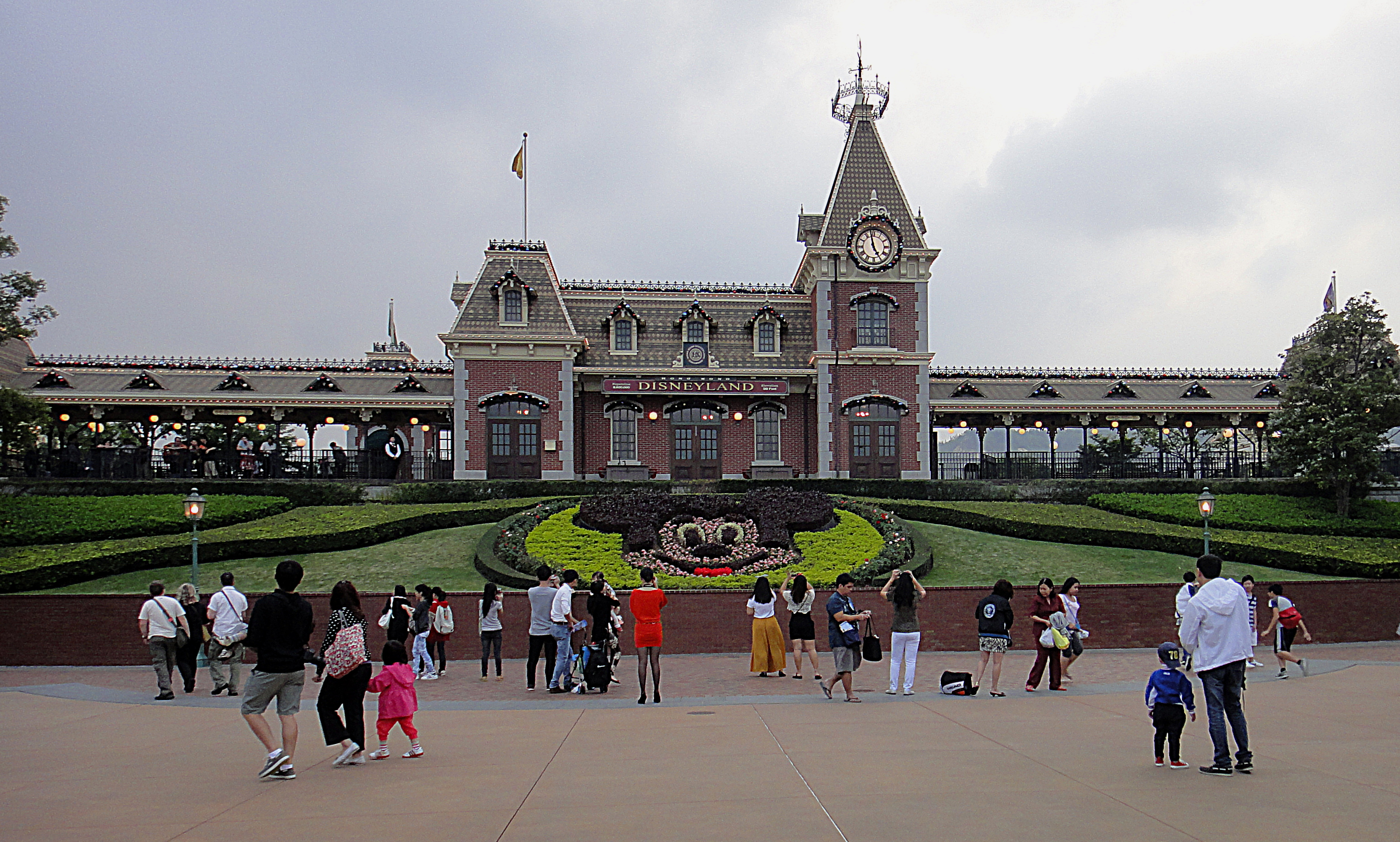 Front_view_of_Disneyland