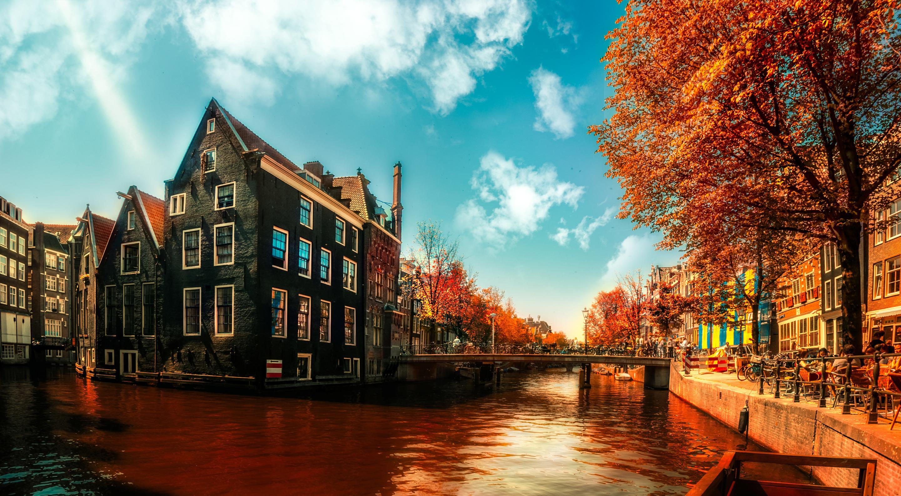 a-walk-in-amsterdam-by-boat