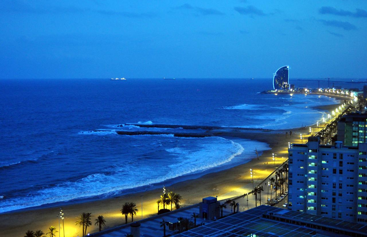 barcelona-beach-at-night