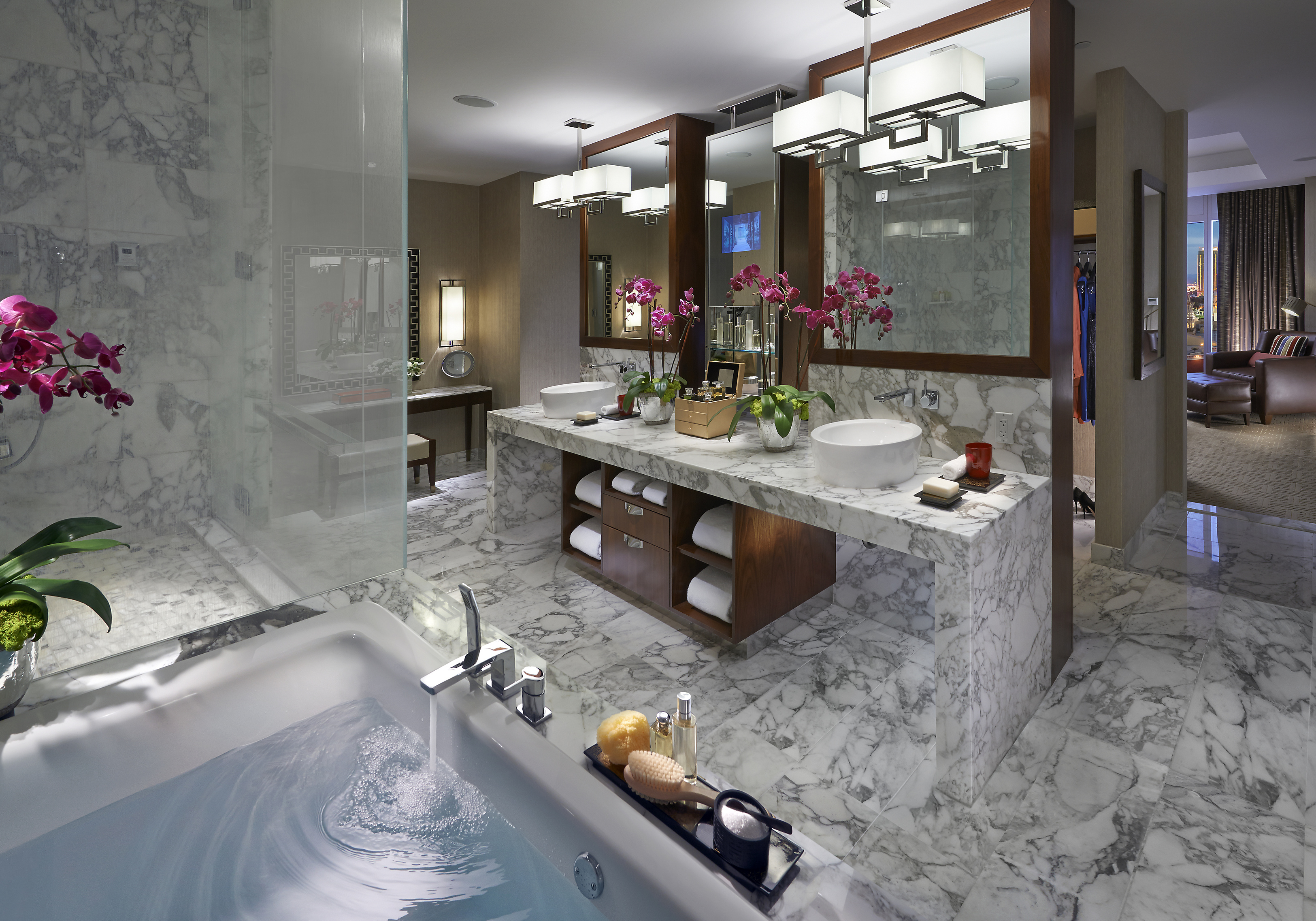 las-vegas-2014-suite-dynasty-suite-bathroom-01